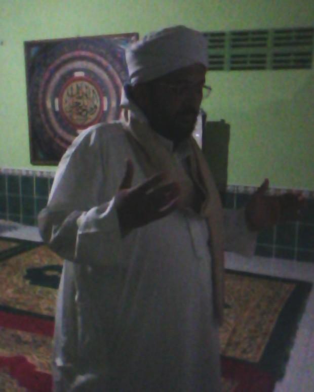 Syaikh Abdul Qodir Al-Baihany saat berdoa di musholla MiMtulungagung